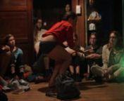 Maria Stokłosa rezygnuje z próby stworzenia zamkniętej formy spektaklu. Punktem wyjścia jest rozwijanie praktyki improwizacji ruchowej, która zmienia swój kształt w zależności od miejsca, czasu i widowni - energii, którą generuje.nnProjekt rozpoczął się w 2015 roku, kiedy filadelfijska artystka Meg Foley zaprosiła Marię Stokłosę do współpracy nad rozwojem praktyki Action is primary. Obecnie obie choreografki kontynuują pracę nad solowymi spektaklami, wymieniając rezultaty